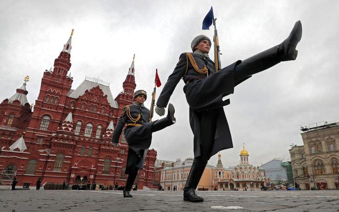 Russische soldaten op het Rode Plein in Moskou nemen deel aan een militaire parade. Foto Yuri Kochetkov