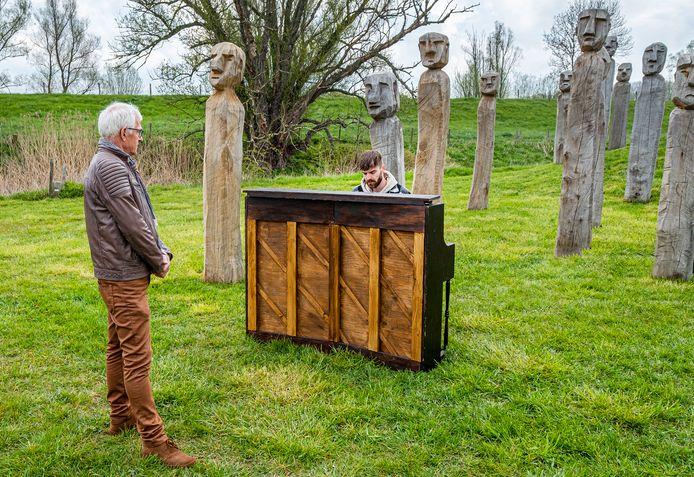 Pianist BARTH. speelt bij kunstwerk Menschenkinder in Leuth een lied over de oorlogservaring van de pas overleden Groesbeker Henk Straatman. Zoon Gerard Straatman luister toe.