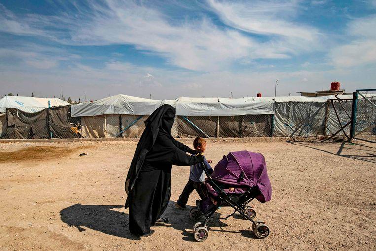 Een vrouw en haar kinderen in het kamp Al-Hol in Noord-Syrië.  Beeld AFP