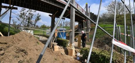 Met hars en glasfiber gaat Wim houtrot aan de brug te lijf: 'Minder duur dan vervangen'