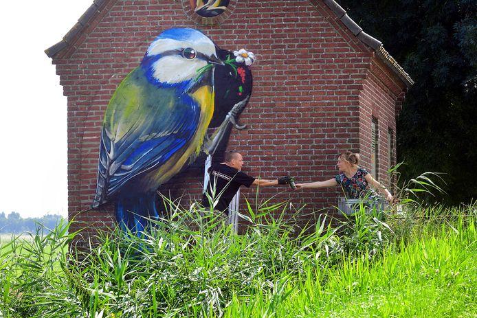 Graffitikunstenaar JanIsDeMan en initiatiefneemster Marieke Heinsbroek.