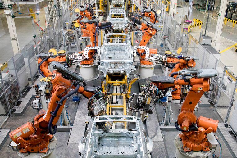 Robots aan een assemblagelijn bij autofabrikant VDL Nedcar in Born.  Beeld ANP