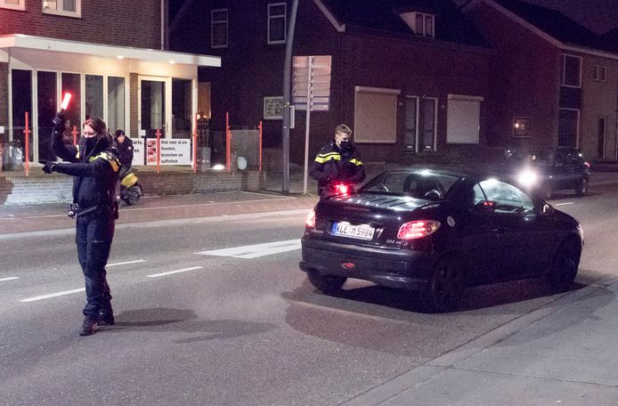 De politie hield maandagavond alle auto's tegen bij de invalswegen van Groesbeek, zoals bovenaan de Pannenstraat.