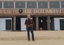 Benno te Linde bij strandpaviljoen De Botanist in Dishoek.