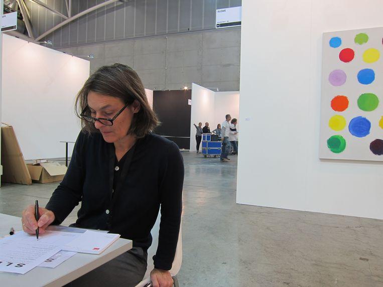 Tijdens de inrichting op Artissima, met werk van Jerry Zeniuk, Turijn, 2013. Beeld