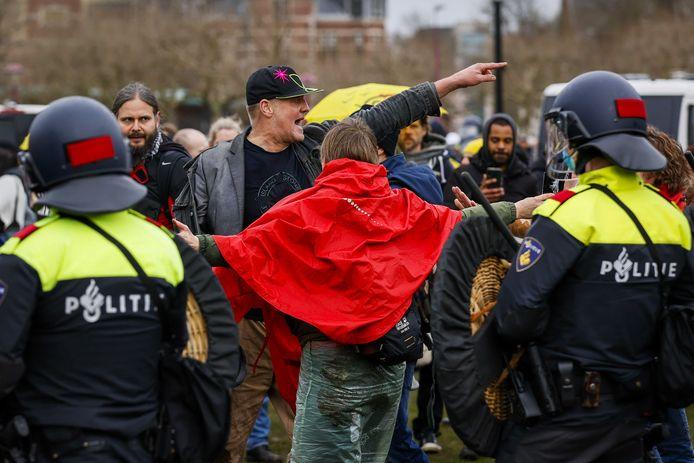 De politie grijpt in op het Museumplein.