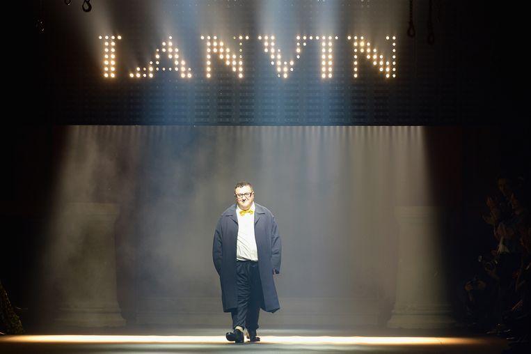 Alber Elbaz tijdens de Paris Fashion Week in 2015. Beeld Getty