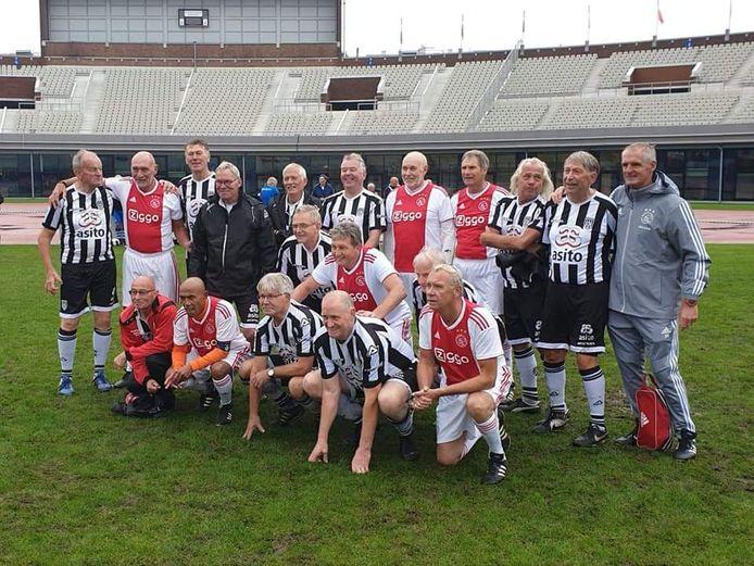De walking footbal- teams van Ajax en Heracles. Staand derde van rechts Rob Sanders. Voorste rij knielend derde van rechts Gerrit Uunk.