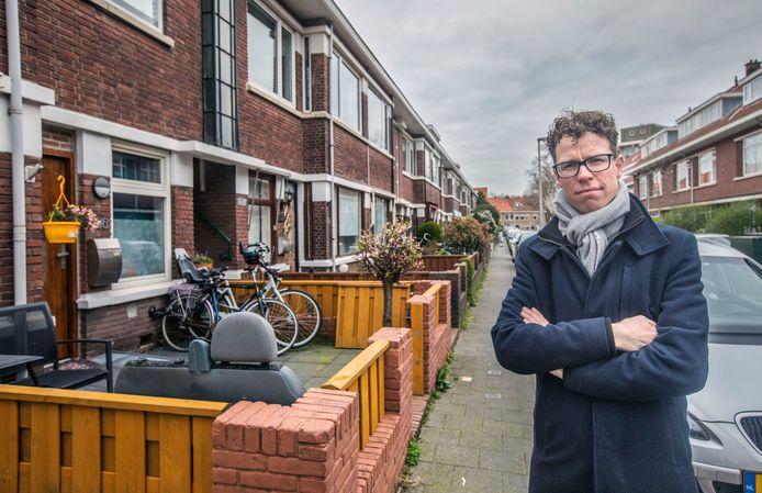 Wethouder Martijn Balster in de Soesterbergstraat, waar huizen verkamerd werden.