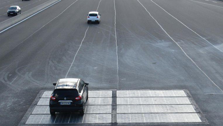 Voorbeeld van zonnecellen in het wegdek in Frankrijk, ook aangelegd door Wattway, dat dat nu bij de A2 gaat doen Beeld Wattway