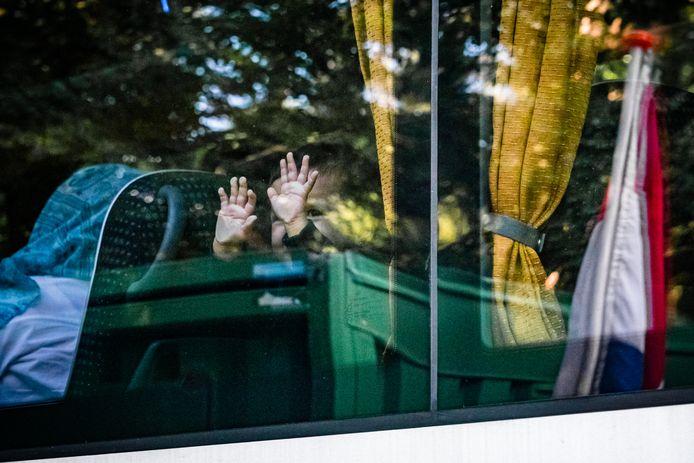De eerste bus met Afghaanse vluchtelingen arriveert bij tijdelijk asielzoekerscentrum Heumensoord.