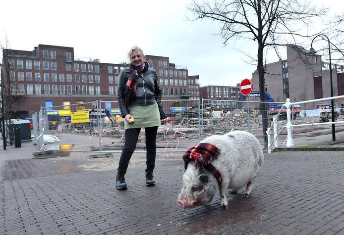 Bewoners-woordvoerster Sonja Sint met haar huisdier en symbool in de strijd, stadsvarken Bob, op de plek van het voormalige V&D-gebouw. ,,Burgerlijke ongehoorzaamheid is ook Bob niet vreemd.''