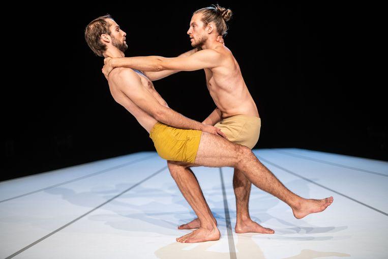 Alexander Vantournhout met Axel Guérin in Marseille: 'Het grootste deel van de tijd negeren we ons lichaam gewoon. Aanraking is een bron van onbehagen geworden, en dat was al zo voor corona.'  Beeld rv/Bart Grietens