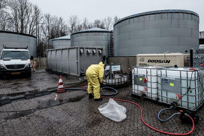 Het overpompen van de inhoud van de gifvaten in vier silo's.