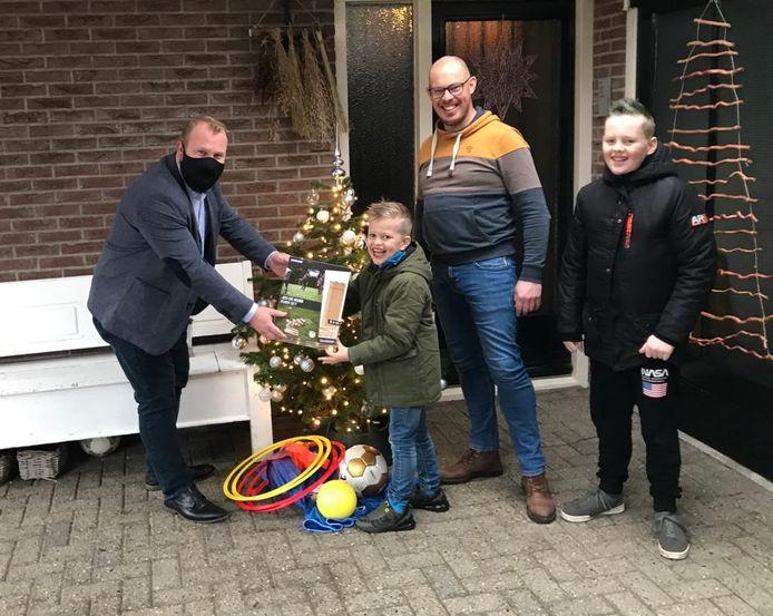 Woensdagmiddag reikte wethouder Martijn Breukelman het eerste 'Gewoon Actief op Straat' sport- en spelpakket uit aan buurtbewoners in de wijk Baalderveld.