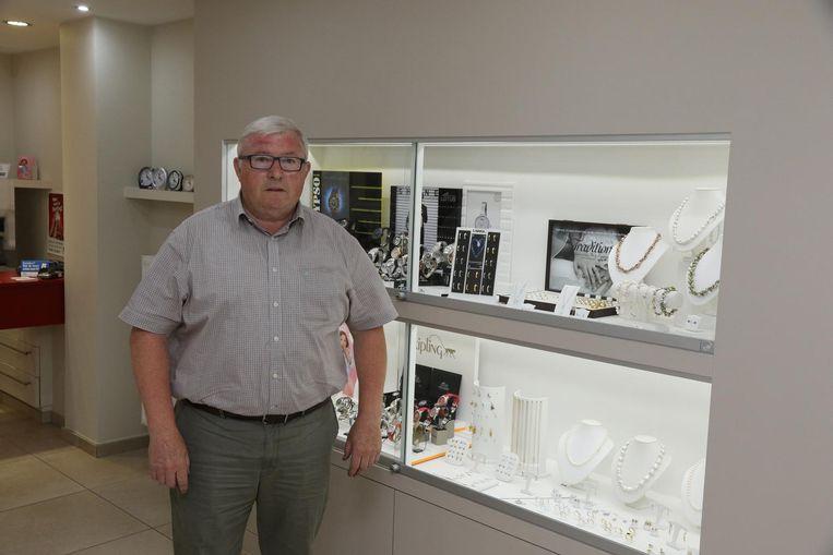 Raadslid Luc Blondeel (sp.a), hier in zijn juwelierszaak, wil gemeentearbeiders laten toetreden tot het BIN.