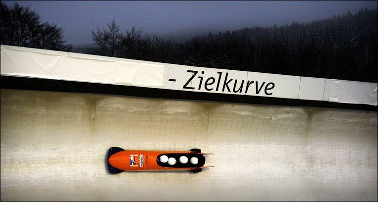 Een bobslee in actie tijdens een training op de bobbaan in Winterberg. Beeld anp
