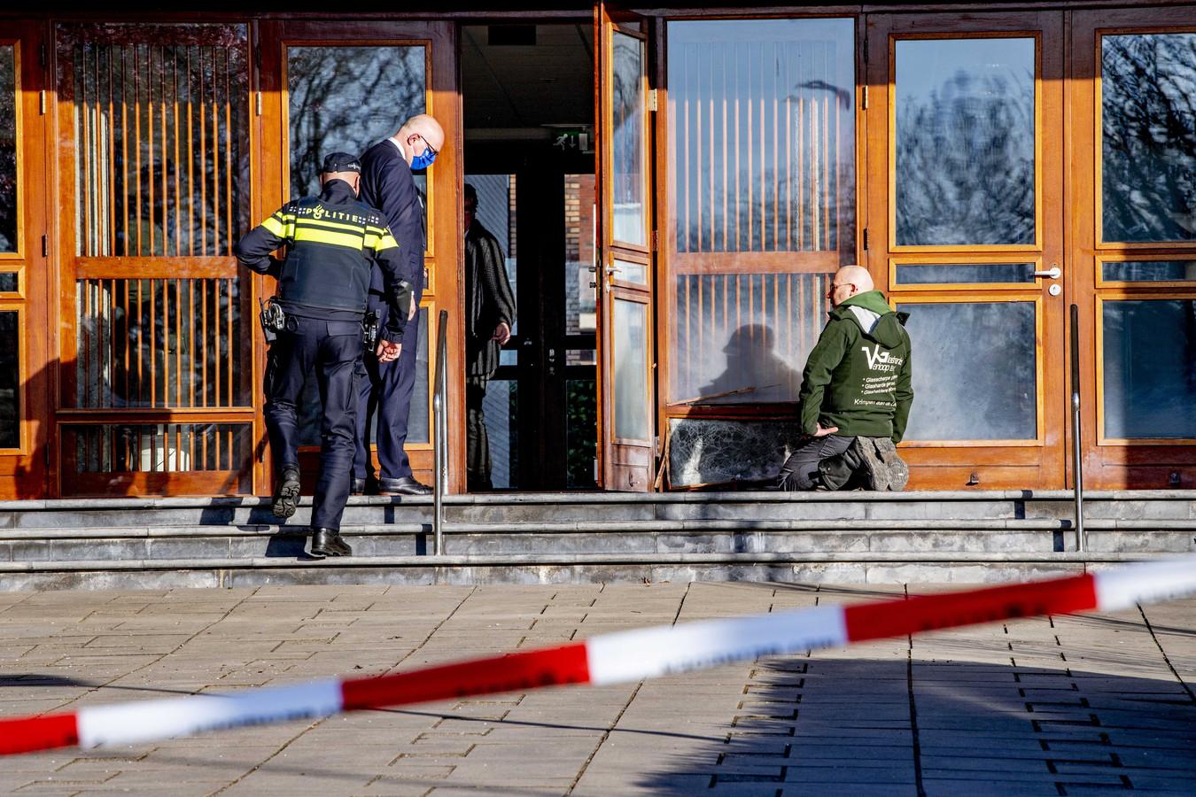 De Mieraskerk dinsdag nadat door een explosief een deel van de pui is vernield.