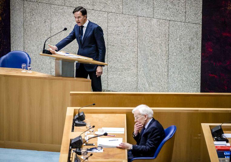 Mark Rutte (VVD) en informateur Herman Tjeenk Willink (PvdA) tijdens het debat over het eindverslag van de informateur. Beeld ANP