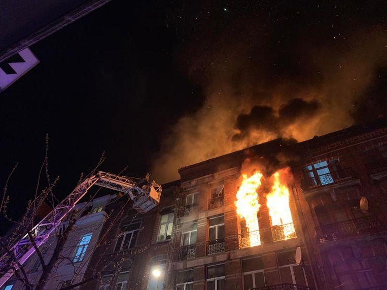 De brandweer moest verschillende reddingen uitvoeren en kan het gebouw nog niet betreden omdat er sprake is van instortingsgevaar. Beeld Brandweer Brussel