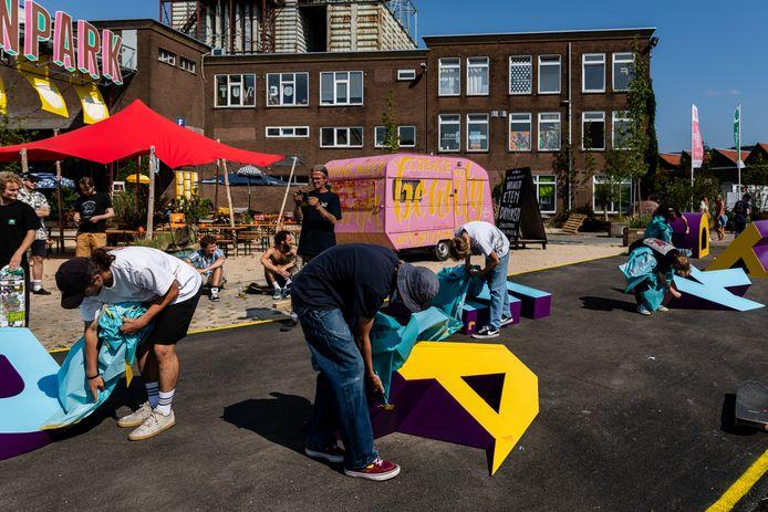 De speciale letters in de kleuren blueberry, geel en lichtblauw werden vrijdag op de Tramkade in Den Bosch onthuld.