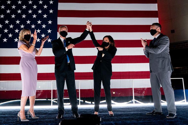Joe Biden haalde in augustus de Democratische nominatie binnen en stelde tijdens de conventie Kamala Harris voor als running mate. Hun partners, Jill Biden en Douglas Emhoff, juichen hen toe. Beeld NYT