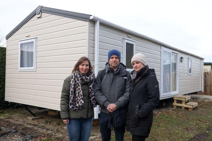Michael (midden) en Jennifer Klein uit Mönchengladlach zetten in november een nieuw chalet op Zeebad, zonder dat Roompot hen iets liet weten. Katja van Nielandt (links) zit ook pas sinds juli op Zeebad.