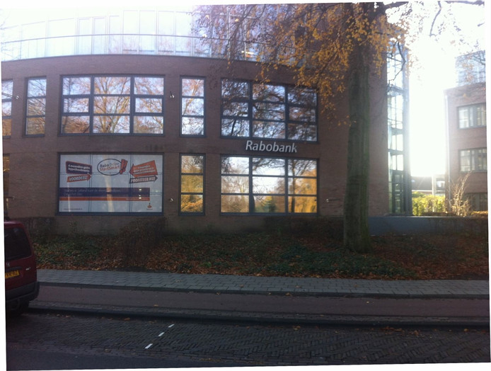 Ook het hoofdkantoor van de Rabobank Salland gaat verdwijnen uit dit pand aan de Singel in Deventer. Foto Henri Bruntink