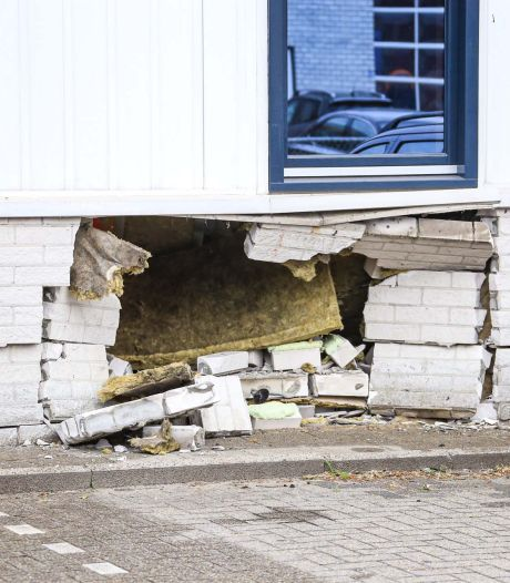 Bestuurder rijdt met auto tegen gevel van gebouw in Helmond