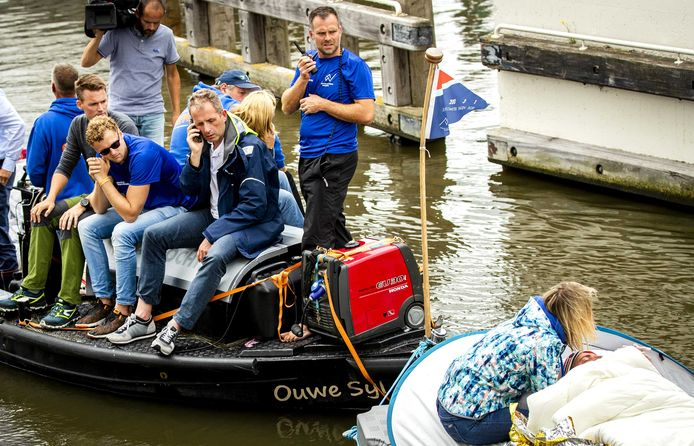 De Hattemse huisarts Marco Blanker (op de begeleidingsboot druk bellend) heeft net de beslissing genomen dat Maarten van der Weijden zijn 11Stedenzwemtocht moet staken.