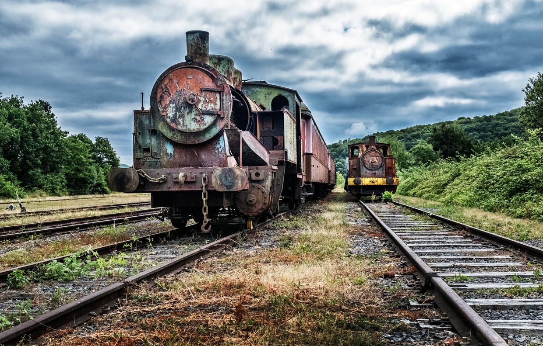 Op het treinenkerkhof achter het station van Treignes staan afgedankte locomotieven te roesten. Beeld Tim Dirven