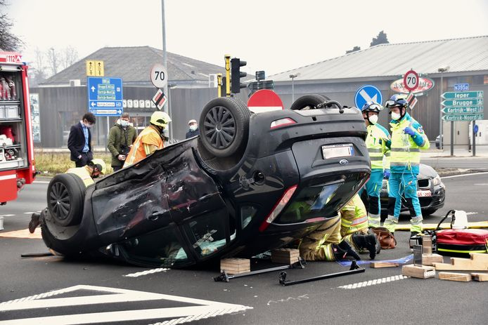 De botsing deed zich voor op het kruispunt van de R8 met de Hippodroomstraat in Kortrijk, op de grens met Harelbeke.