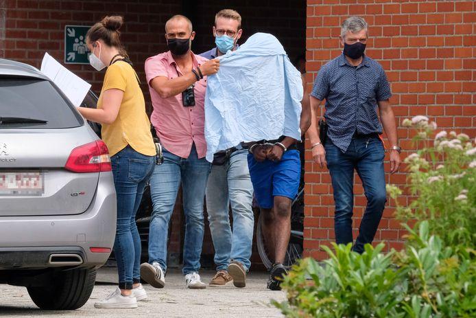 Vlaamse kranten publiceerden foto's van de arrestaties van strandhooligans.