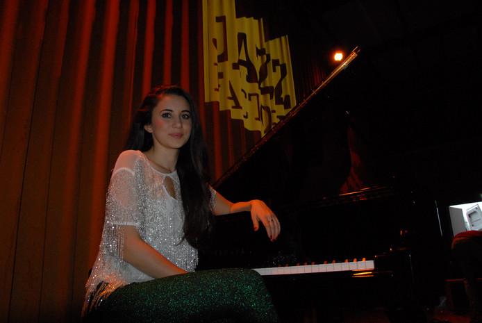 Karsu Dönmez, een geboren Amsterdamse met Turkse roots, heeft ondanks haar 27 lentes haar muzikale strepen al ruimschoots verdiend.