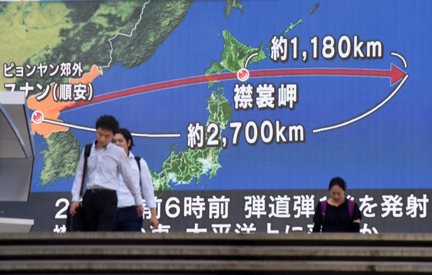 De raket die Noord-Korea gisteren afvuurde vloog over Japan en landde 1.180 kilometer van de kust in zee.