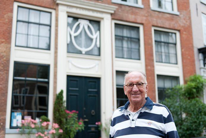 In de Bergstraat in het Bergkwartier kan stadsgids Henk van Baalen vele bijzondere gevelversieringen aanwijzen.