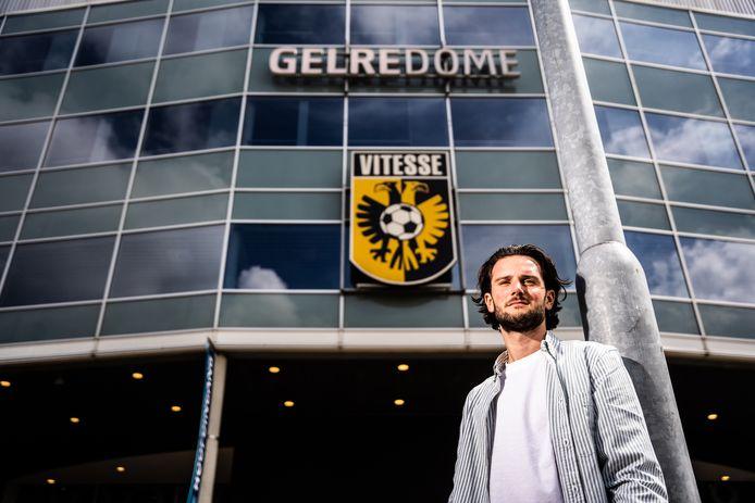 Niels Tesselaar speelde vijf jaar in de jeugdopleiding van Vitesse maar het lukte hem niet op de top te halen. Toen hij het gevreesde telefoontje kreeg dat ze niet met hem verder wilden, belandde hij in een identiteitscrisis.