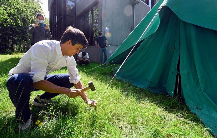 Benjamin Dalle helpt bij het opzetten van een tent op een jeugdkamp deze zomer.