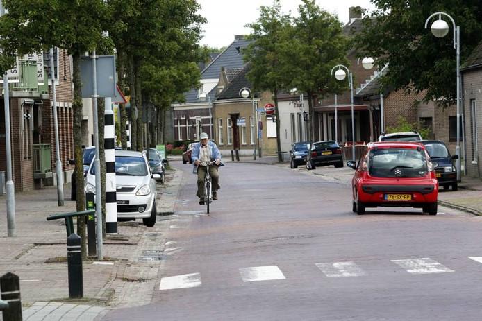 Dit gedeelte van de Sint Janstraat krijgt in de richting van de Bredasebaan als eerste nieuwe riolering en nieuwe bestrating. De gemeente verwacht daarmee nog dit jaar te kunnen beginnen. foto gerard van offeren/pix4profs