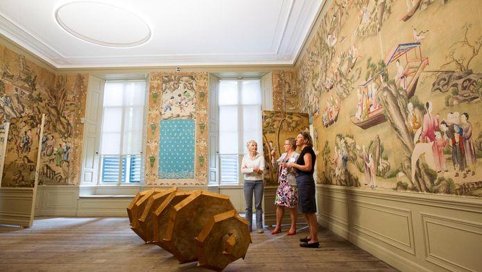 Het museum herbergt, behalve werk van Armando, een collectie zijden Chinees behang.