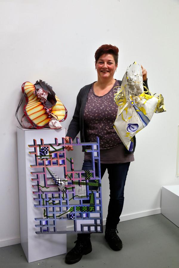 Linda Leeuwestein en haar 3D-tekeningen. ,,Zie het maar als sculpturen van papier.''