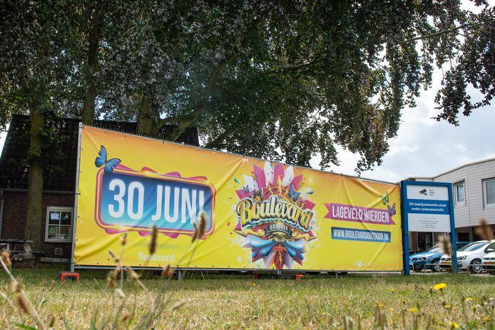 ENTER - De spandoeken worden steeds groter. Een megagroot spandoek op de hoek Rijssenseweg/Fleuweweg in Enter kondigt het festival Boulevard Outdoor aan.
