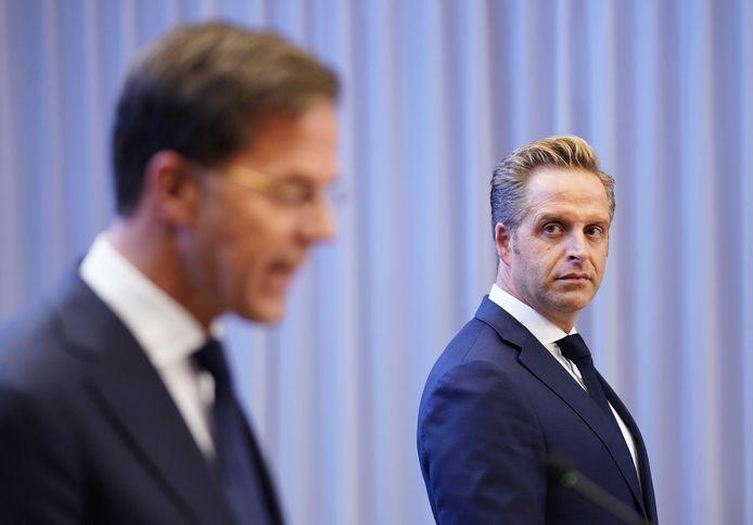 Premier Mark Rutte en minister Hugo de Jonge (Volksgezondheid, Welzijn en Sport) tijdens een persconferentie over de huidige stand van zaken omtrent het coronavirus in Nederland.