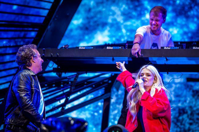 Armin van Buuren maakte samen met Marco Borsato en Davina Michelle het nummer Hoe het danst.