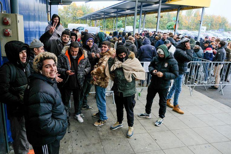 Meer dan 200 mensen stonden donderdag voor de deuren van IKEA in Zaventem aan te schuiven.