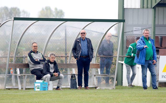 Eric Vanhijfte (rechts) blijft trainer van Graauw. Zijn assistent Edy de Witte (zittend, tweede van links) blijft ook aan.