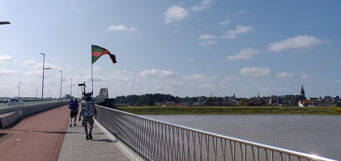 Een 'Vierdaagsewandelaar' over de Waalbrug bij Nijmegen.