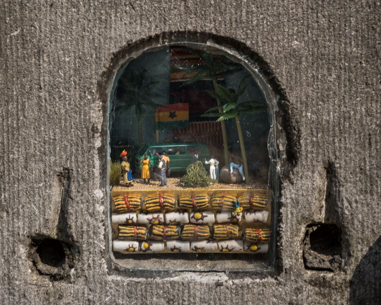 Aan een voordeur op het Kiel zie je het verhaal uitgebeeld van een man die vanuit Ghana naar België verhuisde. Beeld Wouter Maeckelberghe