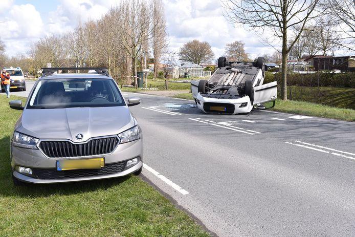 Bij een ongeluk in Monster raakte een man gewond. Zijn auto belandde op zijn kop.