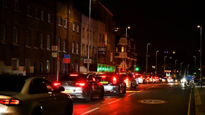 Lange wachtrijen aan Britse tankstations uit vrees voor tekort aan brandstof